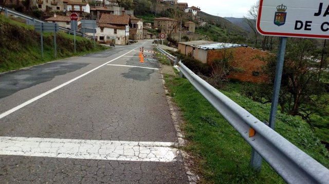Corte de un carril en la carretera LR-250 en Jalón de Cameros.