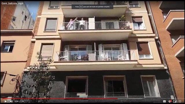 El Ayuntamiento de Barcelona realiza una sesión de fitness ciudadana en las casas durante el confinamiento por el coronavirus el 12/4/2020