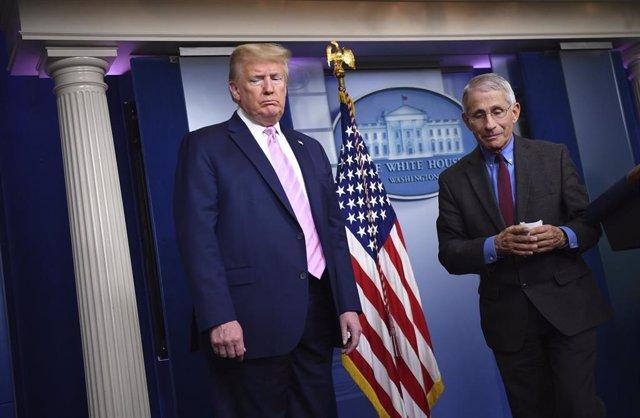 El director del Instituto Nacional de Alergología y Enfermedades Infecciosas de Estados Unidos, Anthony Fauci, junto al presidente Donald Trump