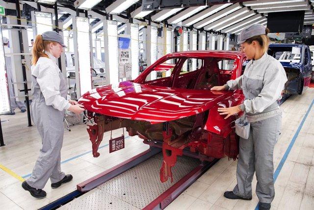 Operarios de pintura de la planta de PSA Peugeot Citron en Vigo.