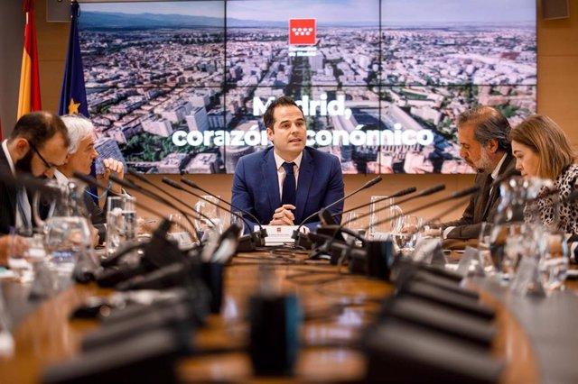 Imagen de recurso del vicepresidente de la Comunidad de Madrid, Ignacio Aguado,  junto al consejero de Economía, Manuel Giménez, y con agentes económicos y empresariales.