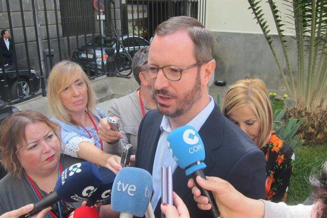 El portavoz del PP en el Senado, Javier Maroto, atiende a los periodistas en el Parlamento.