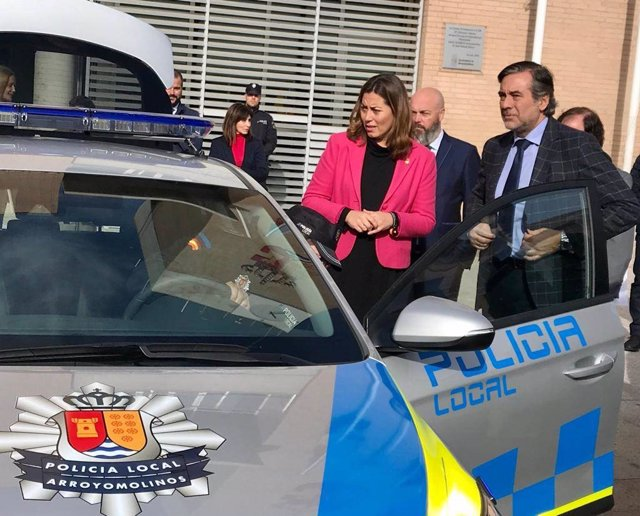 La alcaldesa de Arroyomolinos, Ana Millán, junto al consejero de Justicia, Interior y Víctimas de la Comunidad de Madrid, Enrique López.