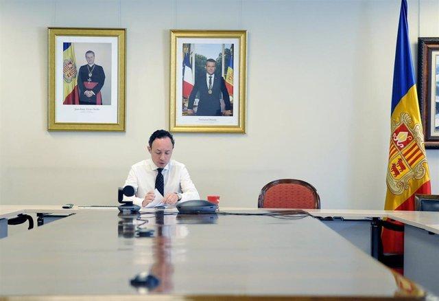 El jefe de Gobierno de Andorra, Xavier Espot, preparándose para asistir a una reunión telemática sobre el coronavirus