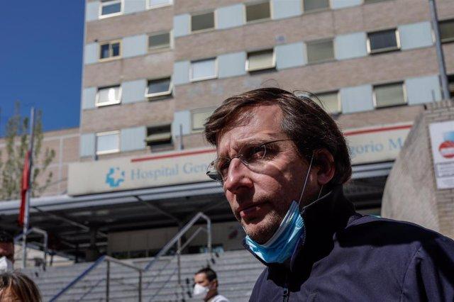 El alcalde de Madrid, José Luis Martínez-Almeida, frente al Hospital Gregorio Marañón, en Madrid (España).