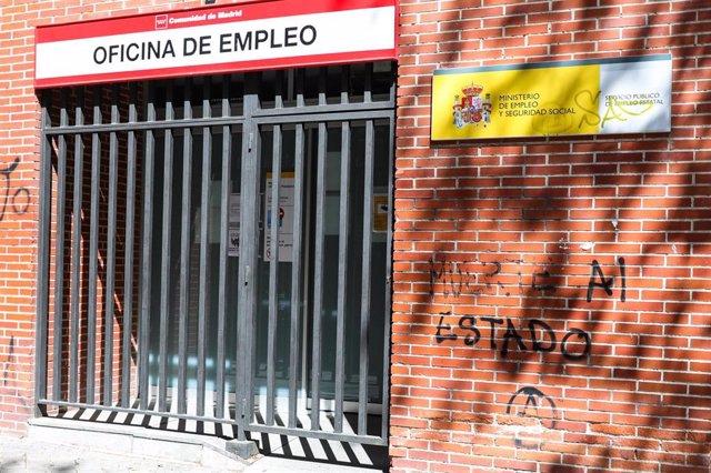 Rejas en las puertas de una Oficina de Empleo cerrada.