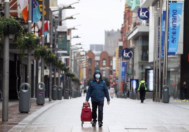 Un hombre con mascarilla en Dublín