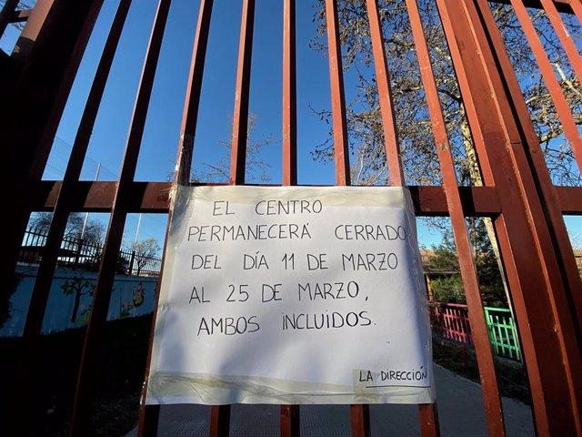 Cartel colgado en la verja de un colegio el primer día de cierre temporal de guarderías, colegios y universidades de la Comunidad de Madrid hasta -en principio- el próximo 25 de marzo ante el avance del coronavirus, en Madrid (España) 11 de marzo de 2020.