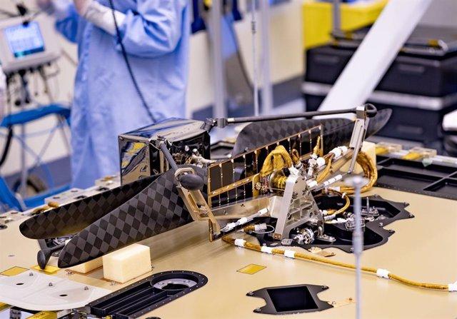 El helicóptero de Marte, instalado bajo el rover Perseverance