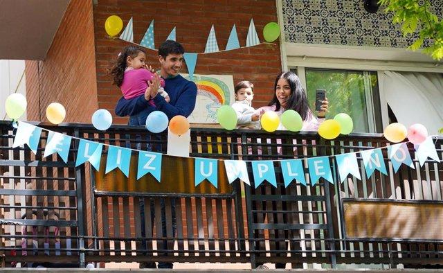 La familia del pequeño Manuel Núñez saluda desde  la terraza la llegada de la Policía Municipal de Sevilla para que le felicite por su cumpleaños. Sevilla a 31 de marzo del 2020