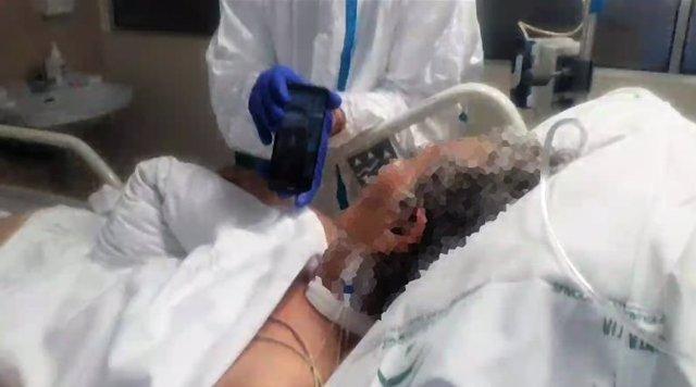 Un facultativo atiende a un paciente ingresado en UCI