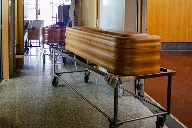 Varios ataúdes en un pasillo del Tanatorio Crematorio Mémora Coslada.