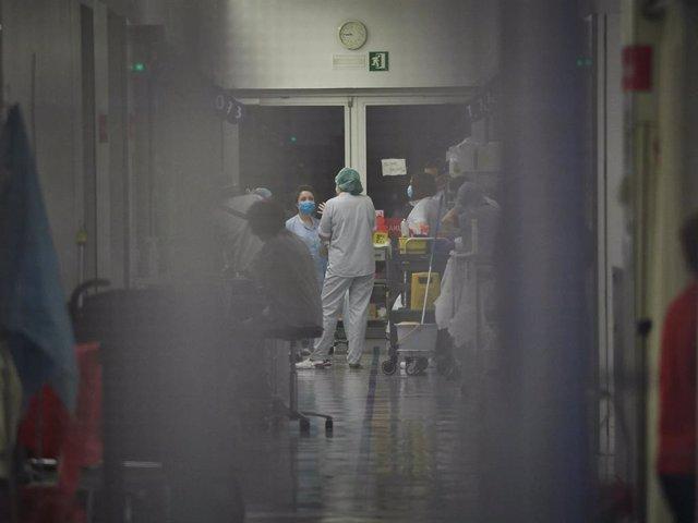 Interior del edificio de Urgencias del Complejo Hospitalario de Navarra durante la cuarta semana de confinamiento por el Estado de Alarma