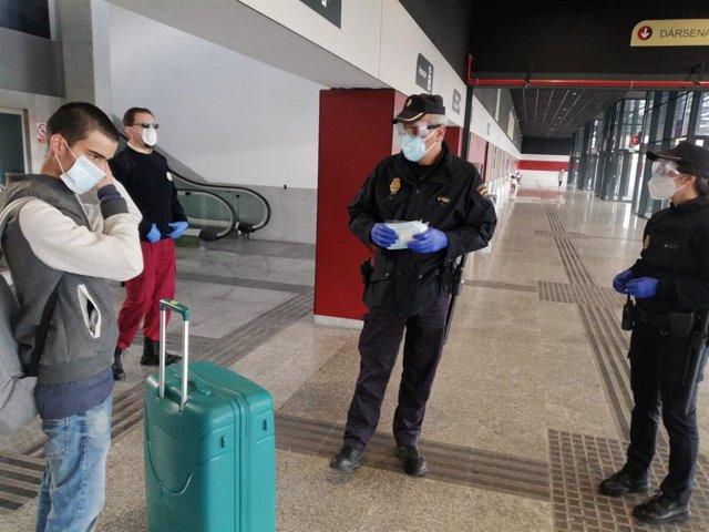 Policías reparten mascarillas en Salamanca.