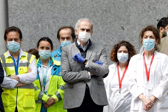 Personal sanitario y, en el centro del grupo, el onsejero de Sanidad de la comunidad autónoma, Enrique Ruiz Escudero.