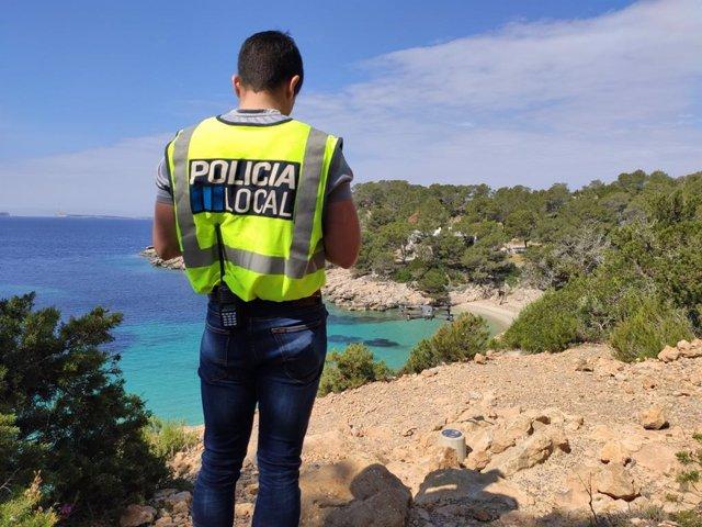 Un agente de la Policía Local de Sant Antoni realizando tareas de vigilancia con el dron.