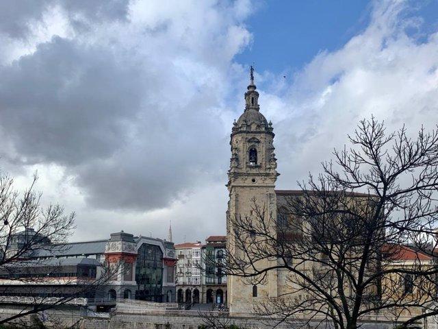 Imagen de Bilbao con nubes y claros. Iglesia de San Antón y Mercado de la Ribera