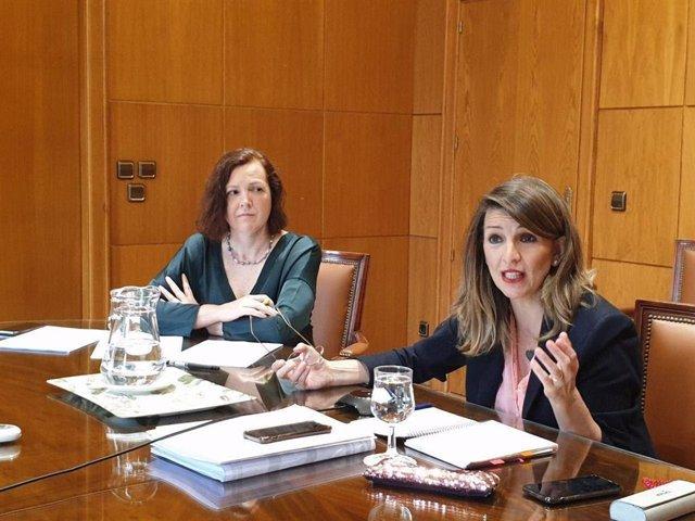 La ministra de Trabajo y Economía Social, Yolanda Díaz, y  la directora general de Trabajo Autónomo, Economía Social y Responsabilidad Social de las Empresas, Maravillas Espín.