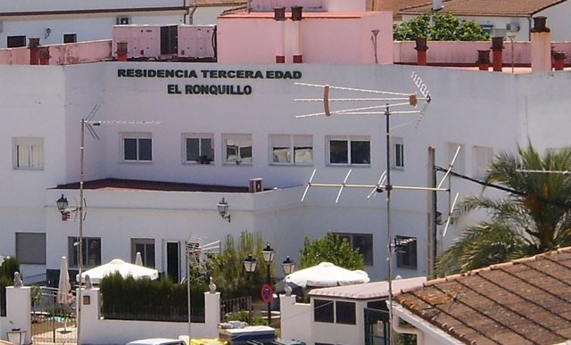 Exterior de la residencia de la tercera edad de El Ronquillo (Sevilla)
