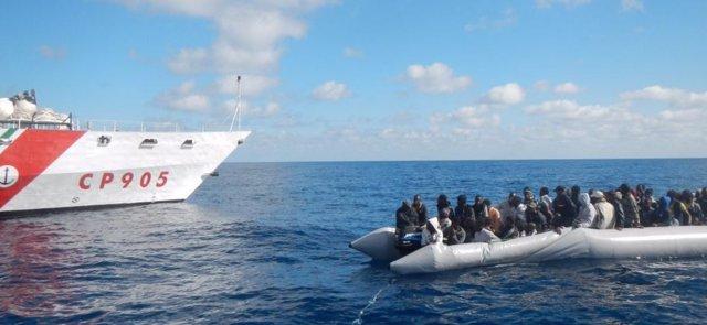 Europa.- Dos embarcaciones de migrantes llegan a Italia y dos más estarían cerca