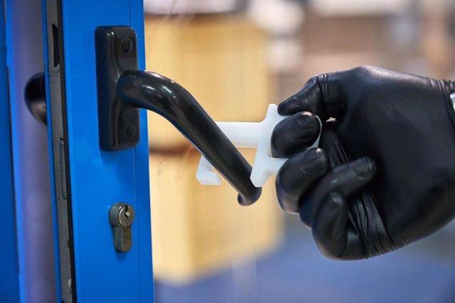 Este producto permite abrir puertas sin contacto manual