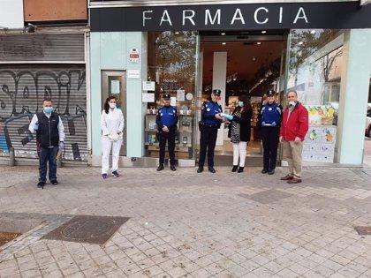 Vecinos de Méndez Álvaro organizan un reparto de mascarillas tras haber donado 50 a la Policía Municipal