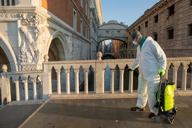 Labores de limpieza en Venecia