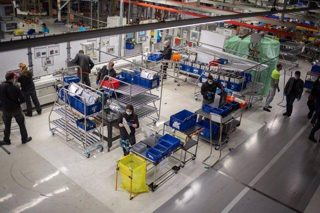 Operarios trabajan en la cadena de producción y montaje del proyecto de respiradores de SEAT para los contagiados por coronavirus en las instalaciones de SEAT de Martorell, en Martorell/Barcelona/Catalunya (España) a 7 de abril de 2020.