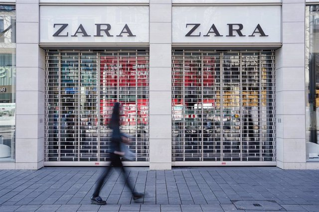 FILED - 18 March 2020, Baden-Wuerttemberg, Mannheim: A pedestrian walks past a closed Zara branch amid rising fears of the Coronavirus outbreak. Inditex, the Spanish owner of Zara has announced the closure of 3,785 stores globally