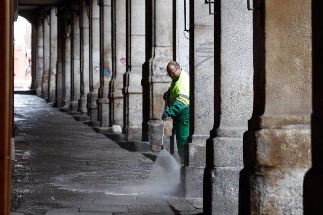 Un operario de limpieza desinfecta los soportales de la Plaza Mayor