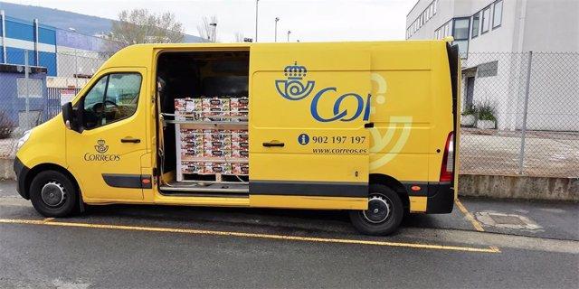 Una furgoneta de Correos con donaciones a los sanitarios