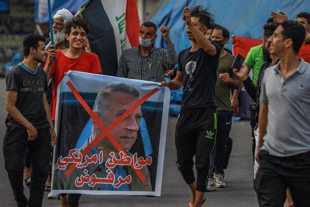 Una protesta en la capital de Irak, Bagdad, contra el antiguo jefe de los servicios de Inteligencia Mostafá al Kazemi, nombrado como primer ministro designado para la formación del nuevo Gobierno
