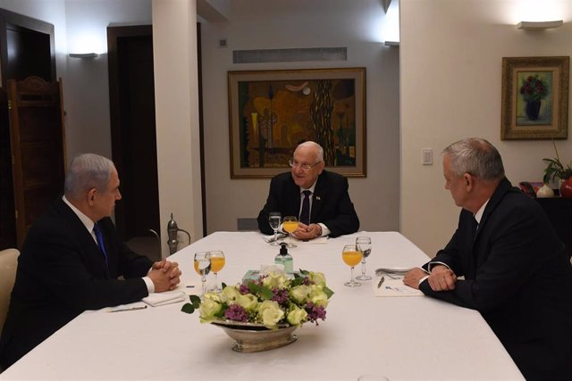 El primer ministro de Israel, Benjamin Netanyahu (i); el presidente del país, Reuven Rivlin (c); y el líder de Azul y Blanco, Benjamin Gantz (d)