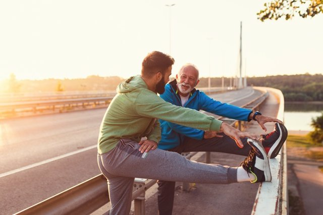 Padre e hijo. Hombres haciendo ejercicio. Deporte.