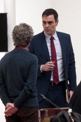 El presidente del Gobierno, Pedro Sánchez, conversa con el director del Centro de Coordinación de Alertas y Emergencias Sanitarias del Ministerio, Fernando Simón (de espaldas), antes de la reunión del Comité Técnico de Gestión, a 14 de abril de 2020.