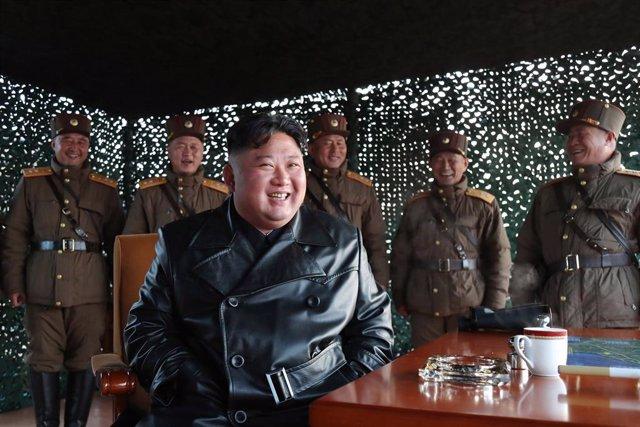 El líder de Corea del Nord, Kim Jong-un, supervisa un assaig d'artilleria.