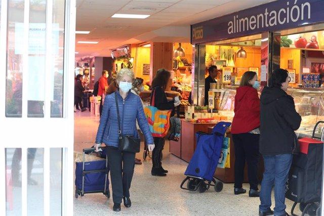 Gran afluencia de personas en un mercado de Moratalaz durante la Semana Santa en la que es ya la cuarta semana de confinamiento por la crisis del coronavirus en España, en Madrid, (España), a 8 de abril de 2020.