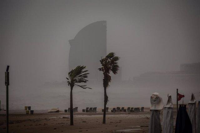 Imagen de la playa de la Barceloneta durante el paso de la borrasca 'Gloria' el 21 de enero de 2020