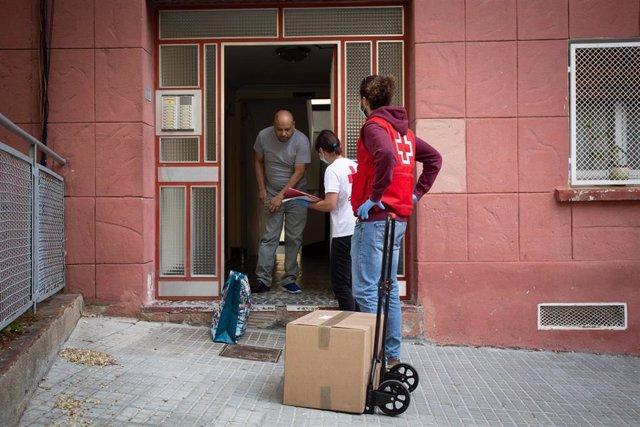 Campanya d'entrega d'aliments a famílies vulnerables de la Creu Roja a Barcelona durant el confinament pel coronavirus