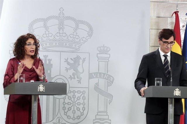 La ministra de Hacienda y portavoz del Gobierno, María Jesús Montero, y el ministro de Sanidad, Salvador Illa, durante la rueda de prensa posterior al Consejo de Ministros