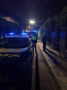 Imagen de archvo de una actuación de la Policía Local de Tomares en una calle del municipio