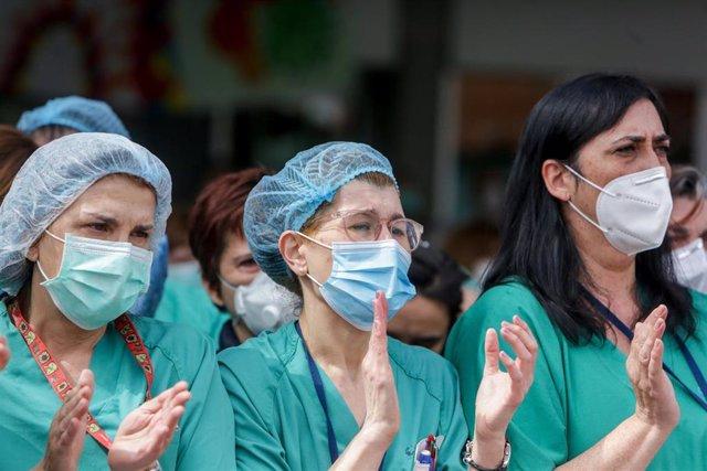 Sanitarios del Hospital Severo Ochoa de Leganés aplauden durante el homenaje al enfermero de quirófano de 57 años fallecido por Covid-19, quien en la Unidad de Cuidados Intensivos (UCI). En Leganés/Madrid (España) a 13 de abril de 2020.