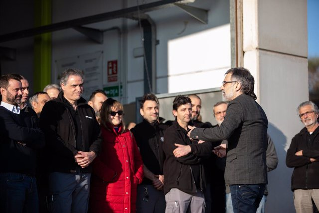 El president d'Òmnium Cultural, Jordi Cuixart (dech), parla amb els seus companys de l'empresa Aranow (situada en el polígon de Sentmenat),a la seva arribada des de la presó barcelonina de Lledoners A Barcelona (Catalunya, Espanya), a 13 de febrer de 2020