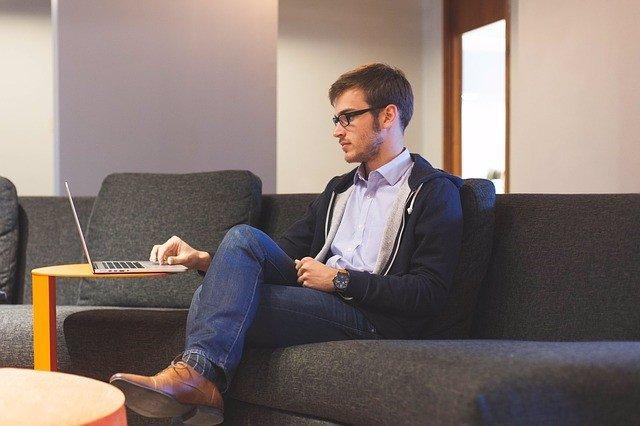 Un joven informático trabajando con su ordenador