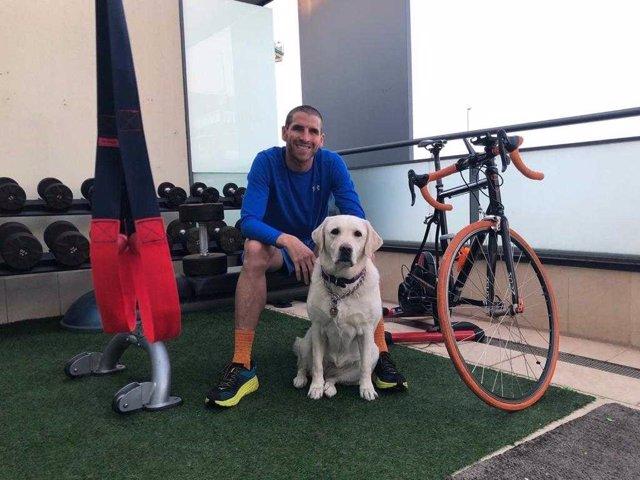 El triatleta con discapacidad visual José Luis García Serrano, 'Jota', en su casa