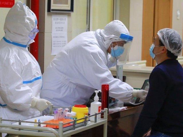 Un paciente de coronavirus recuperado se prepara para donar plasma en el distrito de Wanzhou, en el municipio de Chongqing, en el suroeste de China. 21 de febrero de 2020.