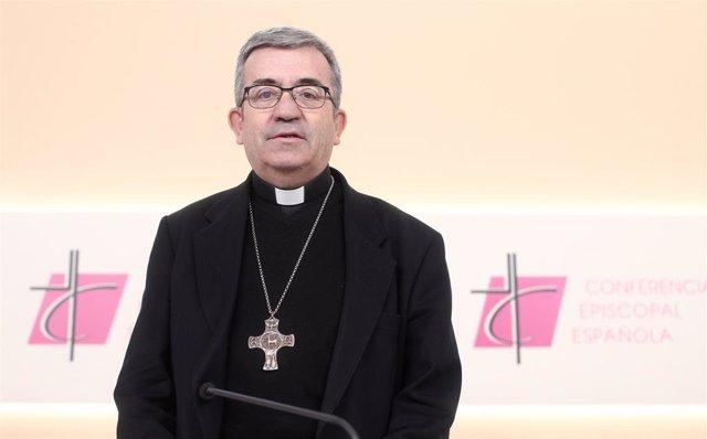 El secretario general de la Conferencia Episcopal, Luis Argüello posa durante la rueda de prensa por la reunión de la Asamblea Plenaria, en la sede de la CEE, en Madrid (España), a 6 de marzo de 2020.