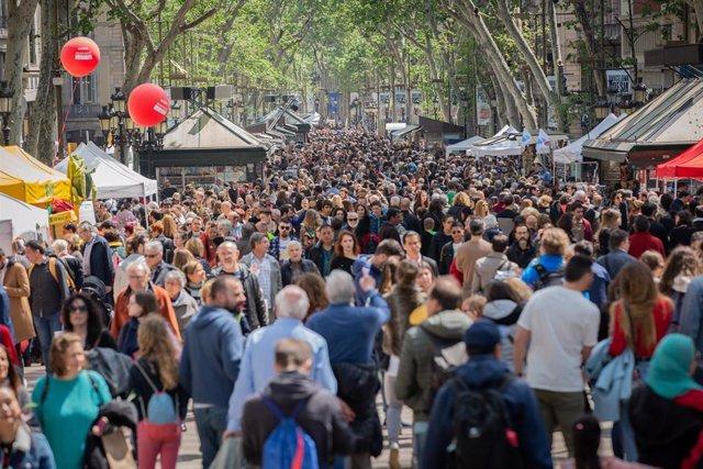 Les Rambles de Barcelona s'omplen de persones per gaudir del dia de Sant Jordi (arxiu)