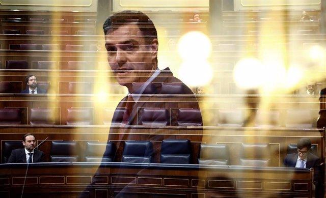 Fotograma del presidente del Gobierno, Pedro Sánchez, ante un Congreso semivacío