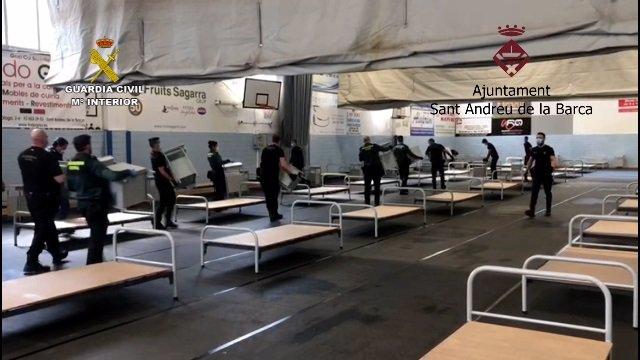 La Guàrdia Civil col·labora a instal·lar un hospital de campanya en un poliesportiu de Sant Andreu de la Barca (Barcelona)
